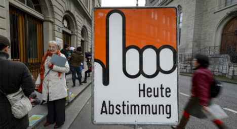 Swiss voters massively reject immigration cap