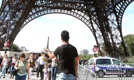 Eiffel Tower shuts as staff protest pickpockets