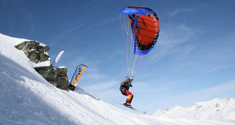 Family searches for missing US speedflyer in Swiss Alps