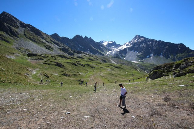 Hikers turn rubbish collectors in Swiss Alps