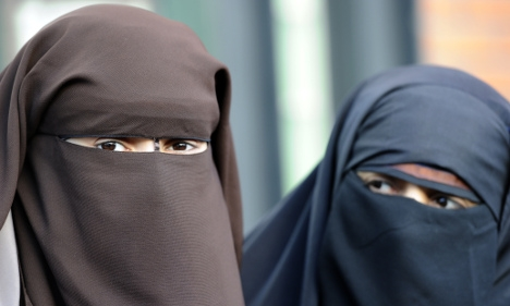 Swiss government opposes anti-burqa initiative and presents counter-proposal